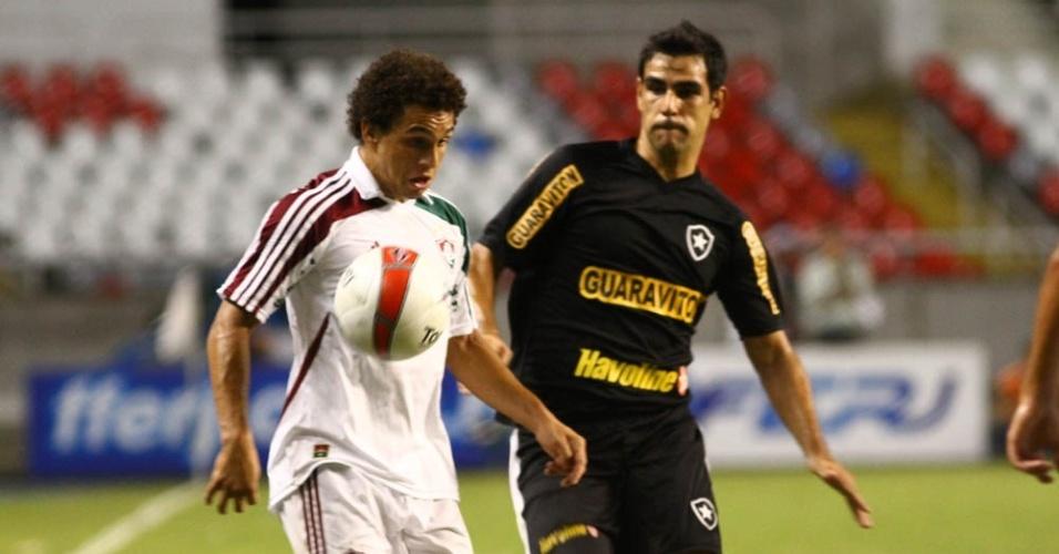Nem domina a bola vigiado por Herrera