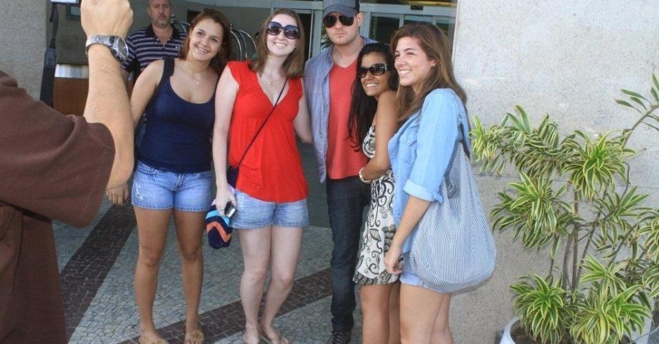 O cantor canadense Michael Bublé posa com fãs ao deixar o hotel em que esteve hospedado na Barra, Rio de Janeiro, após show na capital fluminense neste sábado. (1/4/12)