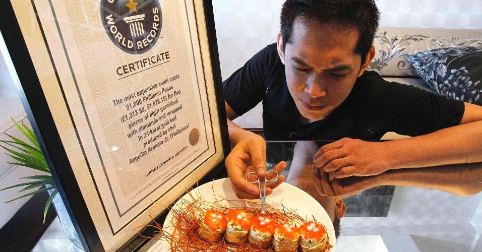 O chef filipino Angelito Araneta Jr., conhecido por usar diamantes na comida, coloca as pedras e pérolas em sushi, para tentar quabrar o recorde mundial do Guiness com o sushi mais caro, neste domingo (1º), em Manila, capital das Filipinas. Em 2010, Araneta entrou no livro dos recordes por ter criado o sushi mais caro do mundo, no valor de US$ 1,978.15 por cinco peças