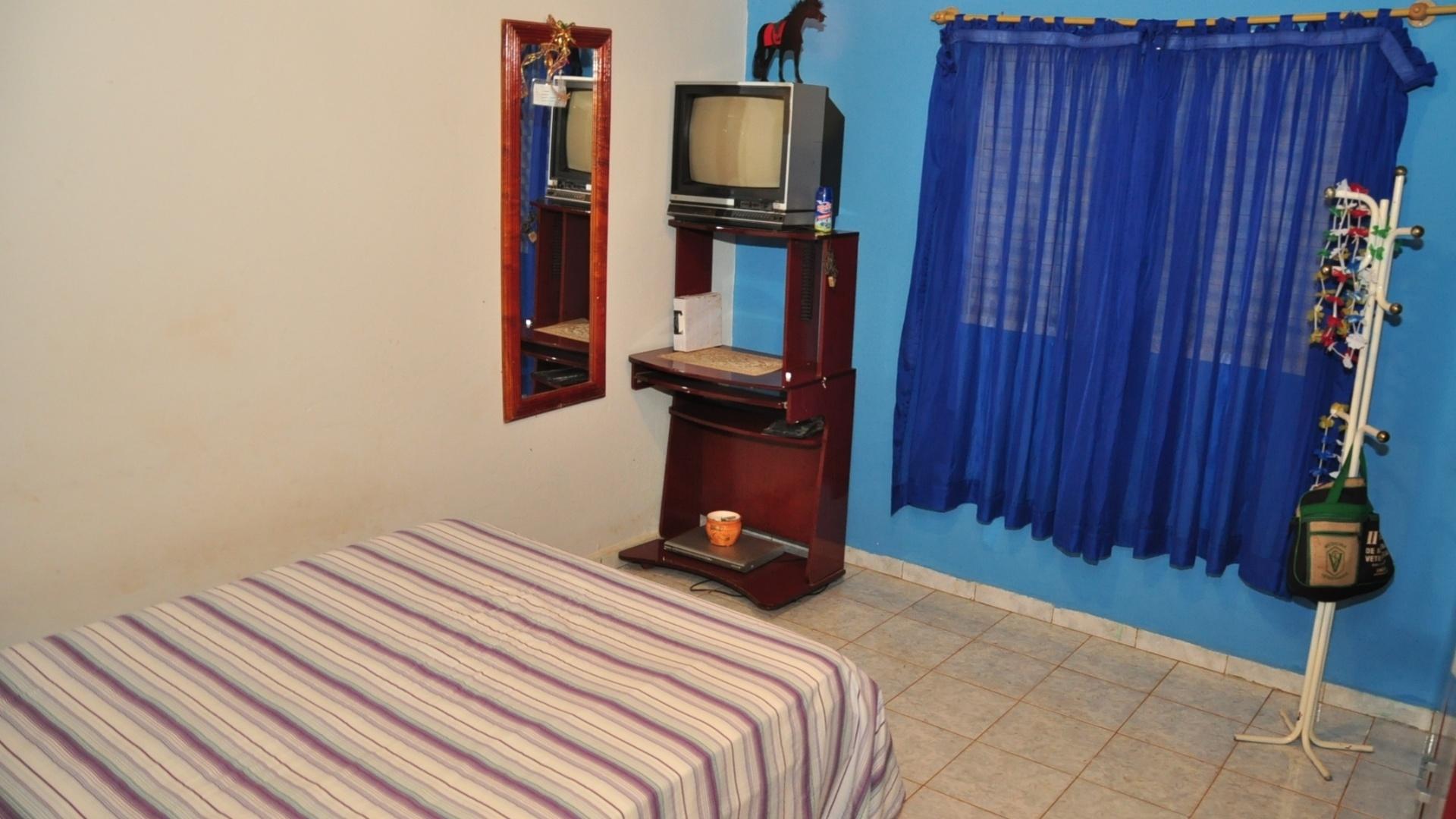 O quarto e as mobílias do campeão Fael em Aral Moreira, divida com o Paraguai (1/4/2012)