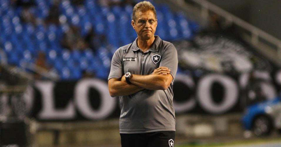 Osvaldo Oliveira observa partida. Botafogo abriu placar, mas permitiu o empate contra o Fluminense