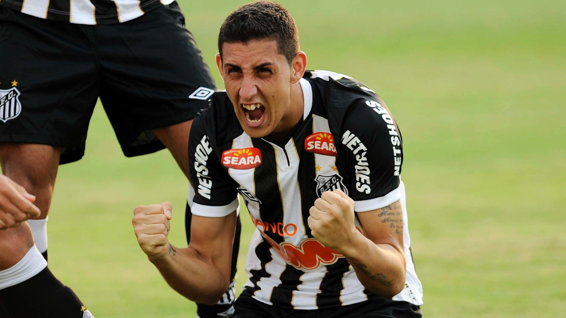 Rafael Caldeira vibrou muito após marcar o gol que abriu o placar na vitória do Santos por 2 a 0