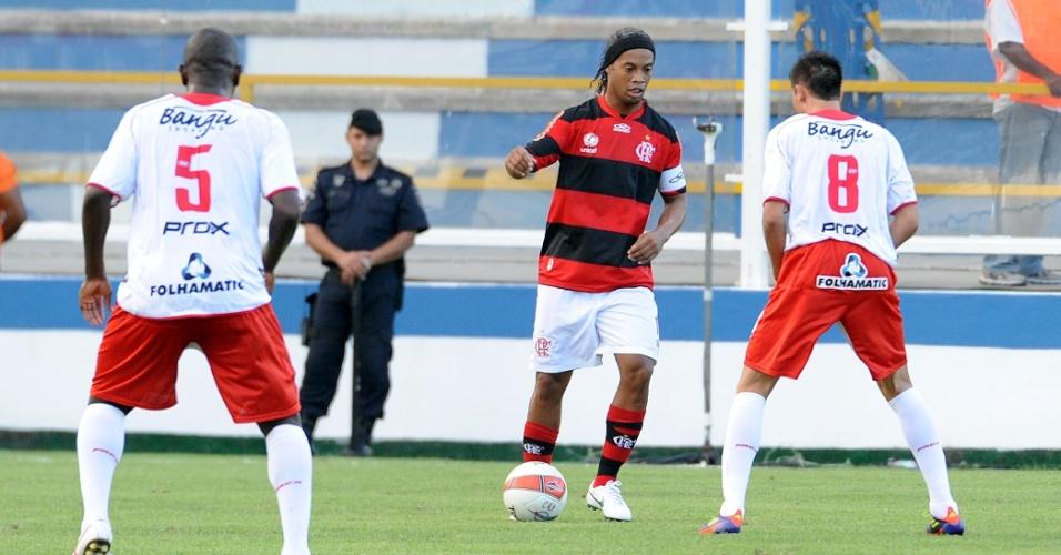 Ronaldinho Gaúcho tenta jogada durante a partida entre Flamengo e Bangu, disputada em Macaé