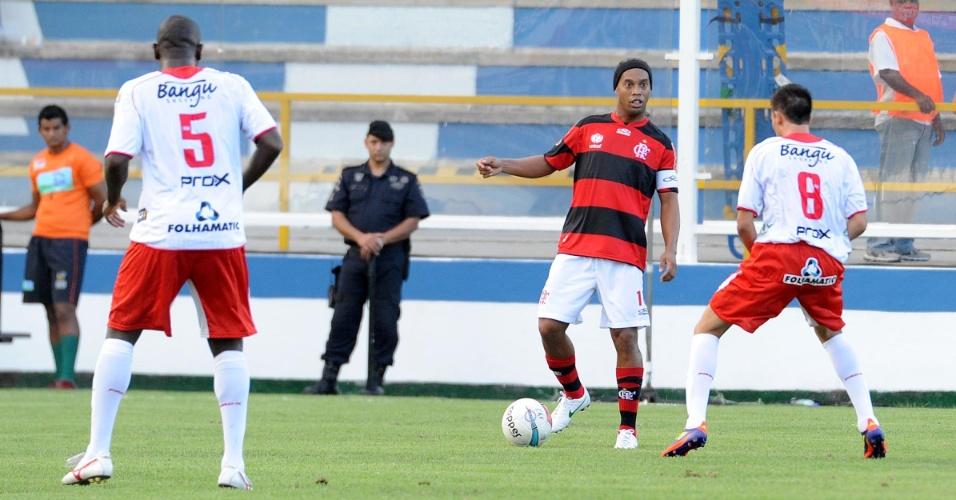 Ronaldinho Gaúcho tenta jogada durante partida do Flamengo contra o Bangu, em Macaé