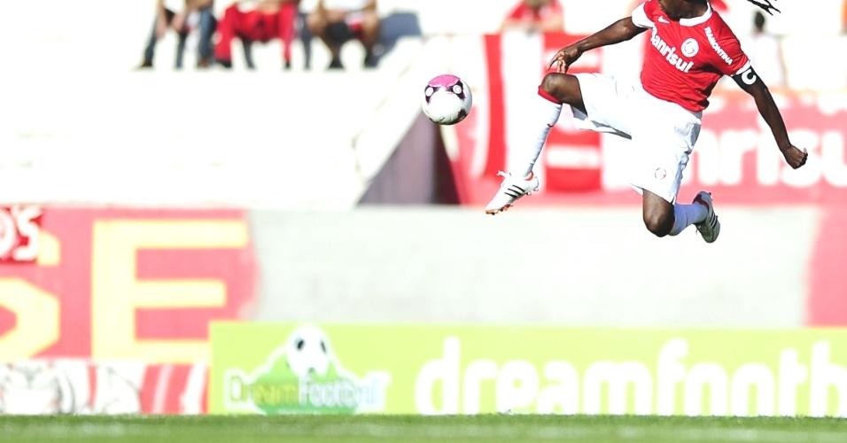 Tinga salta para dar passe de primeira durante jogo Inter x Universidade (01/04/12)