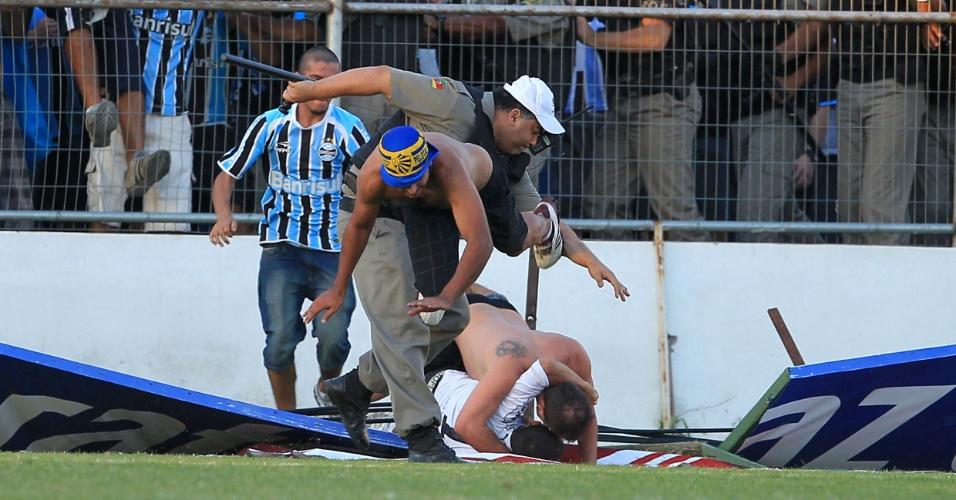 Torcedore brigam após derrota do Grêmio em Pelotas