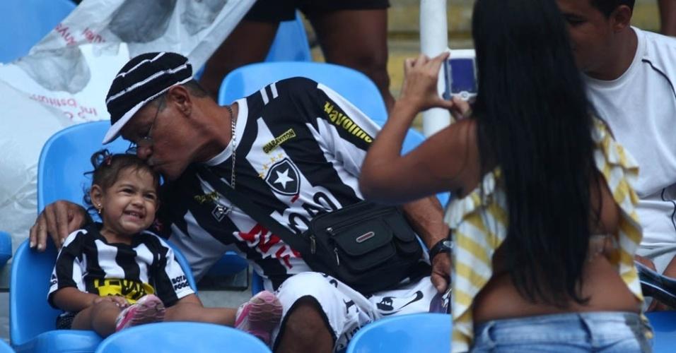 Torcedores do Botafogo se divertem antes do clássico contra o Fluminense