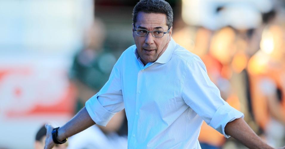Treinador Vanderlei Luxemburgo reclama durante jogo do Grêmio contra o Pelotas