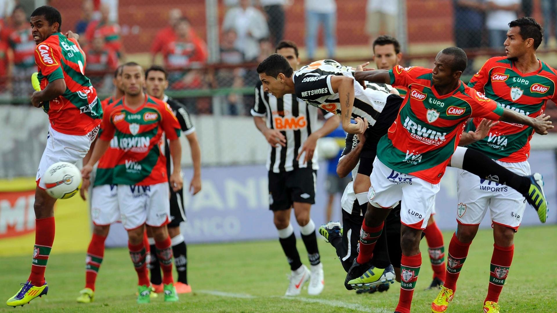 Zagueiro Rafael Caldeira cabeceia para abrir o placar para o Santos contra a Portuguesa