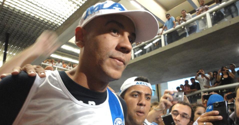 Alex Silva é assediado por torcedores do Cruzeiro ao desembarcar no Aeroporto de Confins (2/4/2012)