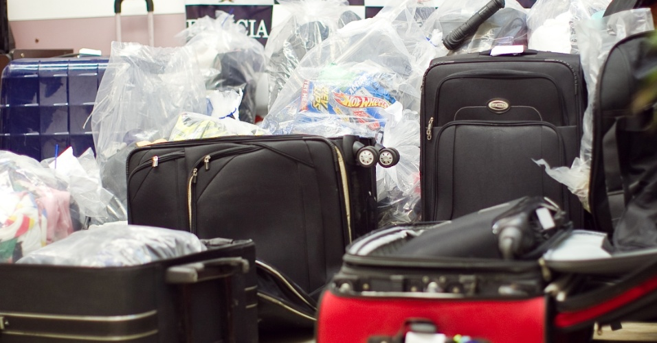 Bagagens furtadas que foram recuperadas são apresentadas pela polícia