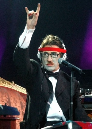 O cantor argentino Charly Garcia durante show no festival Vina del Mar no Chile (23/2/2003) - AP