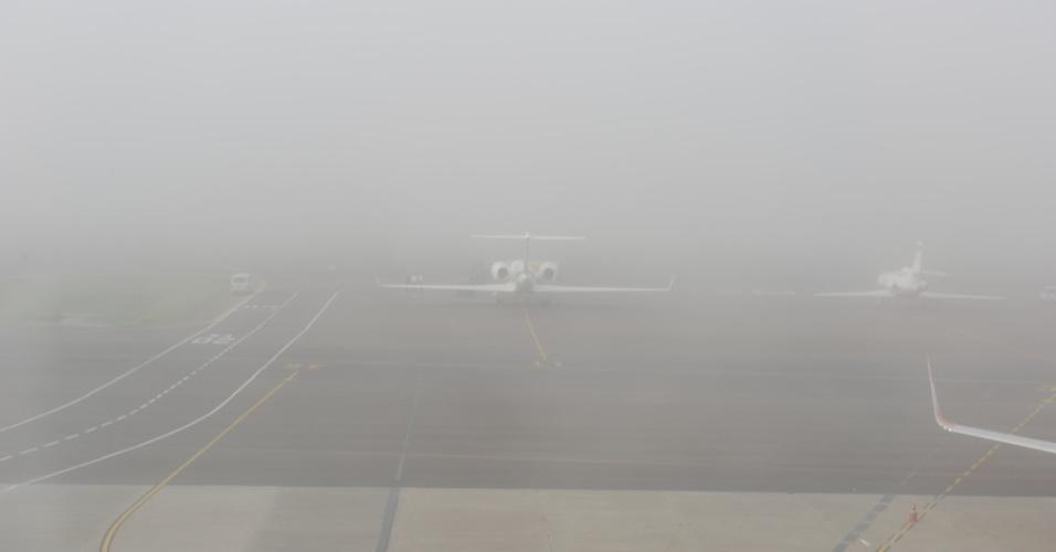 Forte neblina que atingiu Porto Alegre (RS) provocou o fechamento do Aeroporto Internacional Salgado Filho, na manhã desta segunda-feira (2)