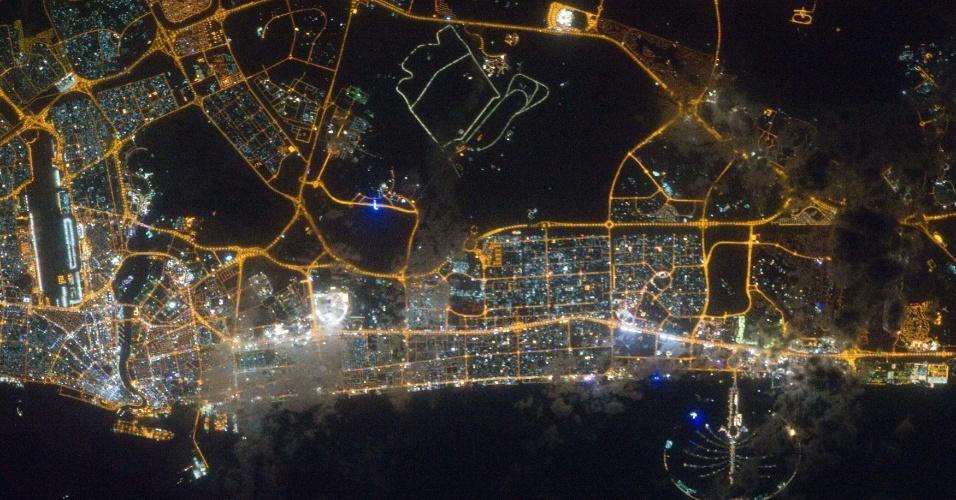 Fotografia tirada por um tripulante da Estação Espacial Internacional mostra vista noturna de Dubai