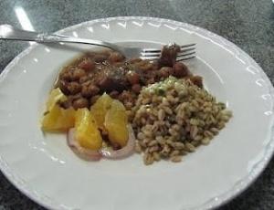 Guisado de Carne com Lentilhas e Uvas-Passas é uma opção de receita para o almoço do domingo