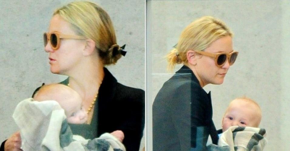 Kate Hudson é flagrada com o filho de oito meses, Bingham Hawn Bellamy, no aeroporto de Los Angeles (1/4/12)