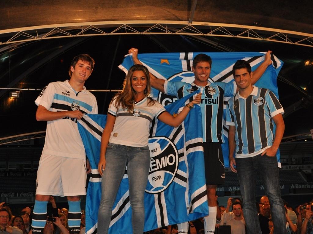 Mário Fernandes, Monique, Jonas e Miralles em desfile de uniformes do Grêmio (02/04/2012)