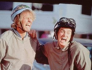 """Os atores Jeff Daniels e Jim Carrey em cena do filme """"Débi e Lóide - Dois Idiotas em Apuros"""""""