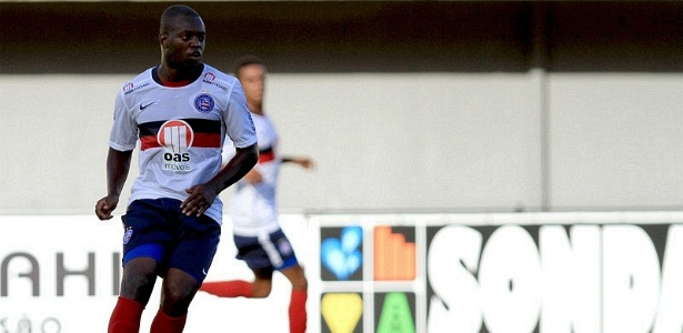 Zé Roberto, atacante do Bahia, domina a bola durante jogo contra o Serrano, no Pituaçu (01/04/2012)