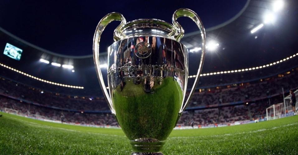 A taça da Liga dos Campeões em destaque antes da partida entre Bayern de Munique e Olympique, na Allianz Arena