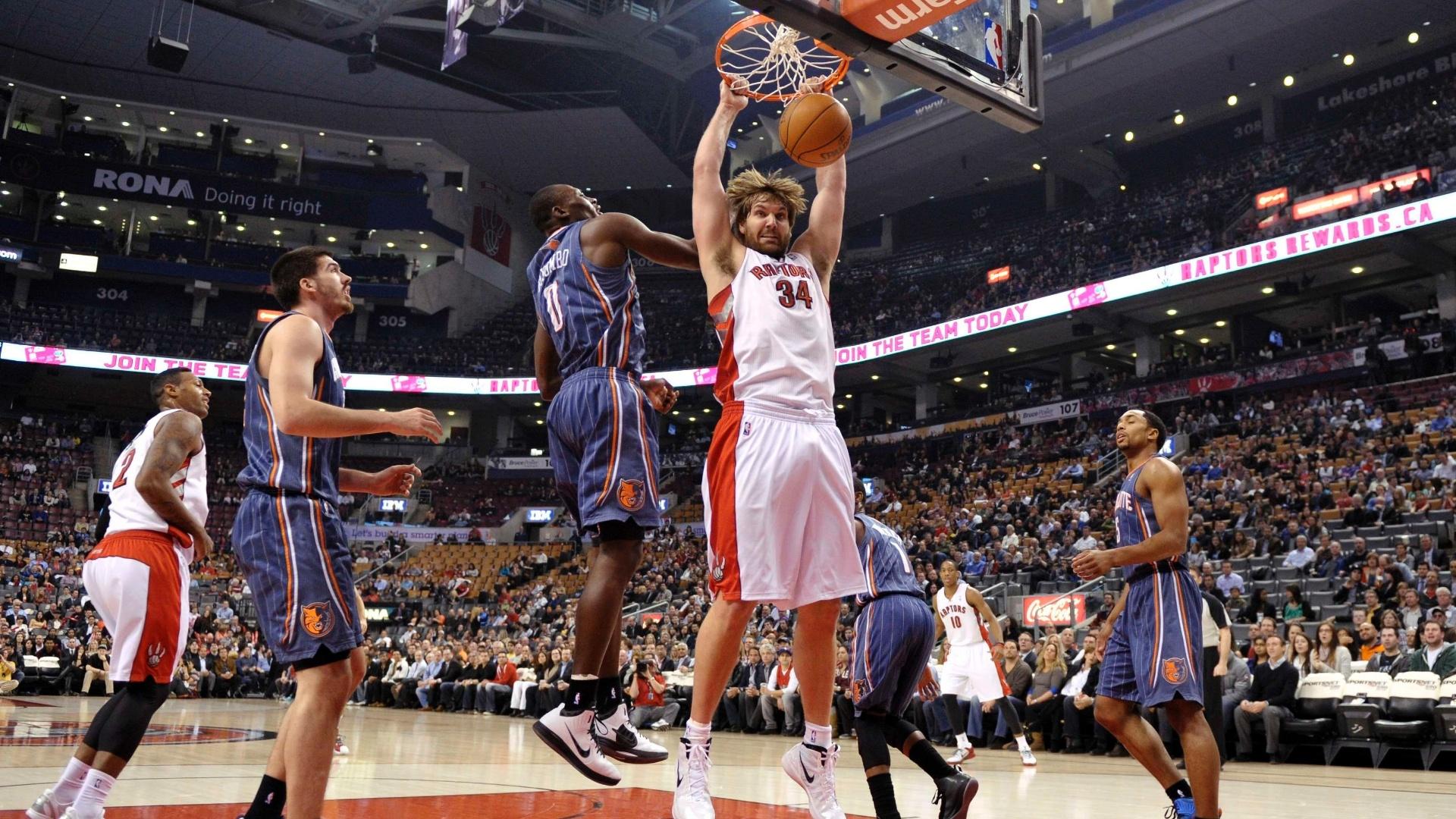 Aaron Gray converte enterrada para o Toronto Raptors em partida contra o Charlotte Bobcats (03/04/12)