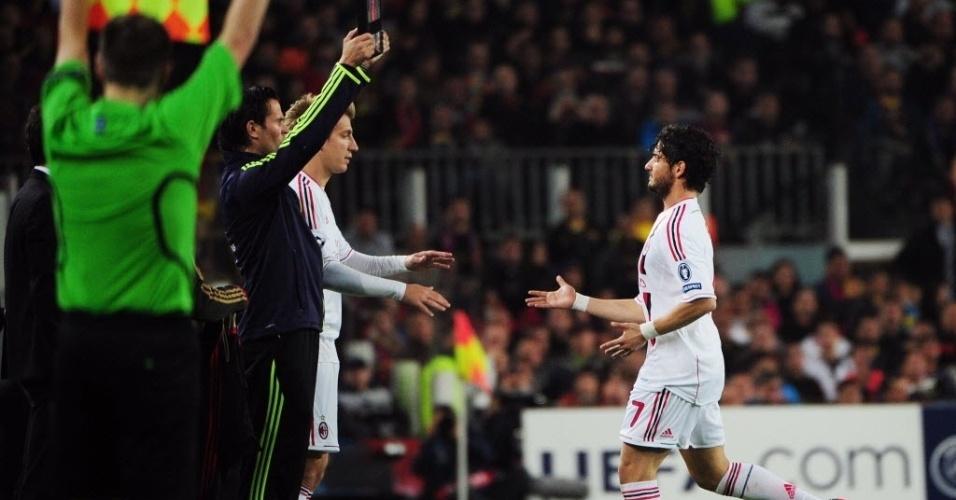 Alexandre Pato é substituído após voltar a sentir lesão na derrota do Milan para o Barcelona, por 3 a 1
