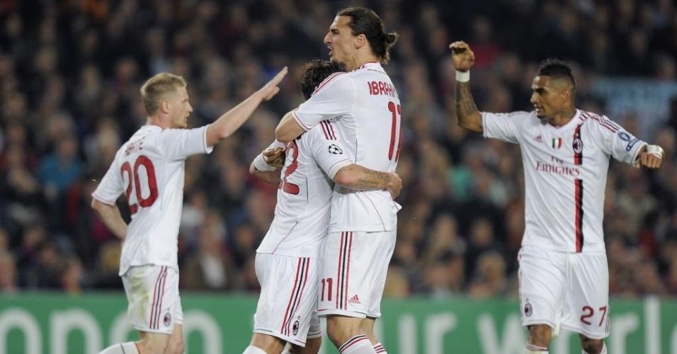 Ibrahimovic abraça Nocerino após dar o passe para o gol do italiano, que empatou a partida