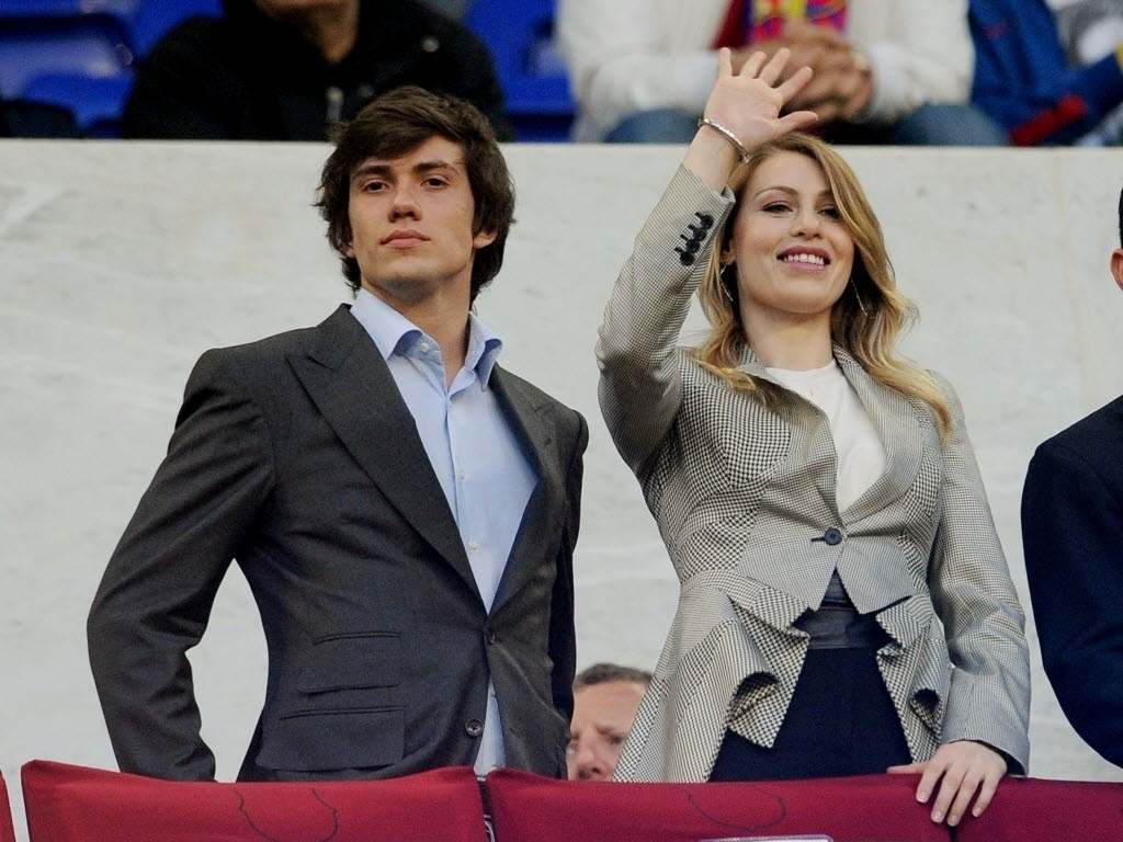 Abr.2012 - Luigi e Barbara Berlusconi, namorada de Alexandre Pato, posam para foto no Camp Nou antes de jogo entre Milan e Barcelona pela Liga dos Campeões