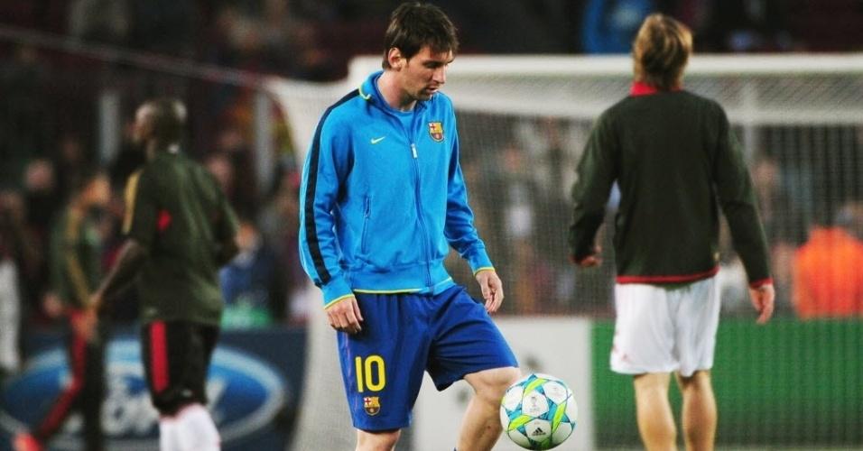 Messi brinca com a bola antes da partida decisiva contra o Milan, no Camp Nou