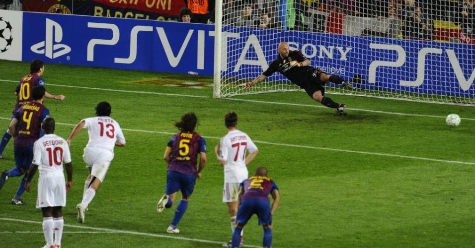 Messi cobra o segundo pênalti polêmico da partida e faz 2 a 0 para o Barcelona sobre o Milan
