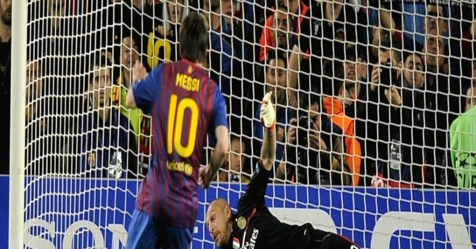 Messi cobra pênalti no canto direito de Abbiati e marca o primeiro gol do confronto