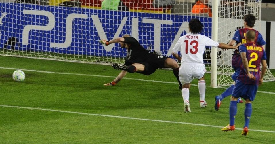 Messi perde chance incrível na cara do gol de Abbiati no primeiro tempo