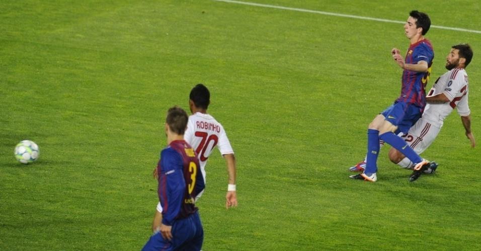 O volante do Milan, Nocerino chuta para empatar o jogo no Camp Nou, após passe de Ibrahimovic