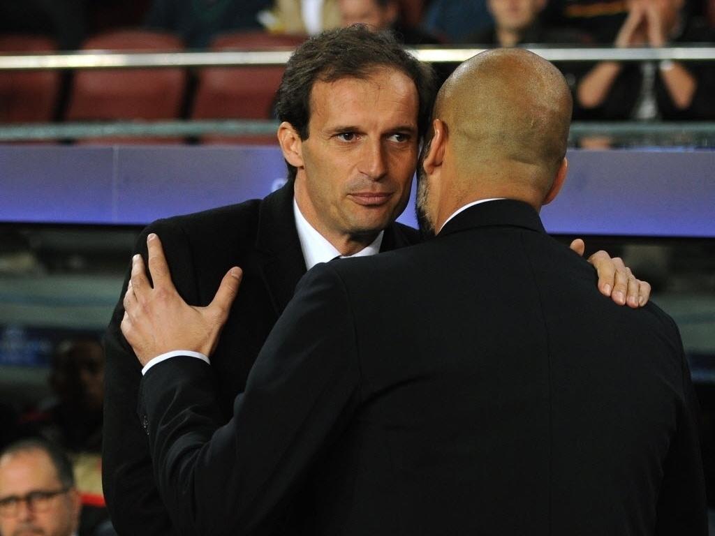 Os técnicos Massimiliano Allegri, do Milan, e Pepe Guardiola, do Barcelona, se cumprimentam antes da partida