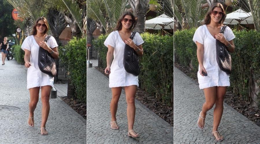 Priscila Fantin caminha por rua da Barra da Tijuca, zona oeste do Rio (3/4/2012)