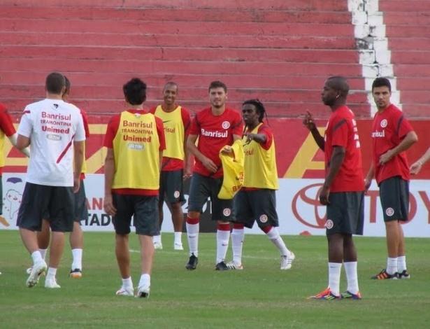 Tinga distribui os coletes para o recreativo do Inter na véspera da partida contra o Santos (03/04/2012)