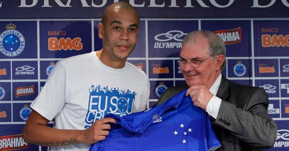 Zagueiro Alex Silva é apresentado pelo presidente do Cruzeiro, Gilvan Tavares, em BH (3/4/2012)