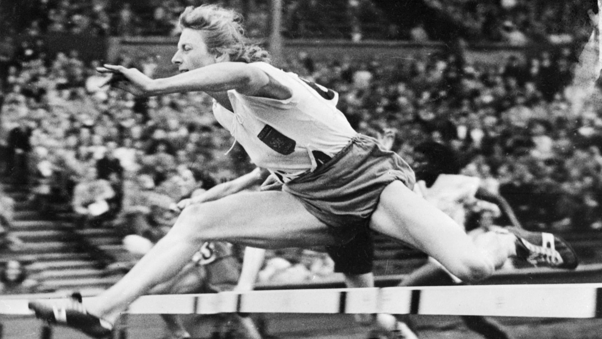 A holandesa Fanny Blankers-Koen participa dos 80 m com barreiras na Olimpíada de Londres-1948