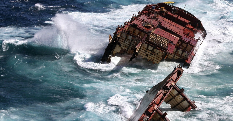 A popa do navio cargueiro encalhado há seis meses em um coral da Nova Zelândia afundou após ser atingida por uma onda de 12 metros