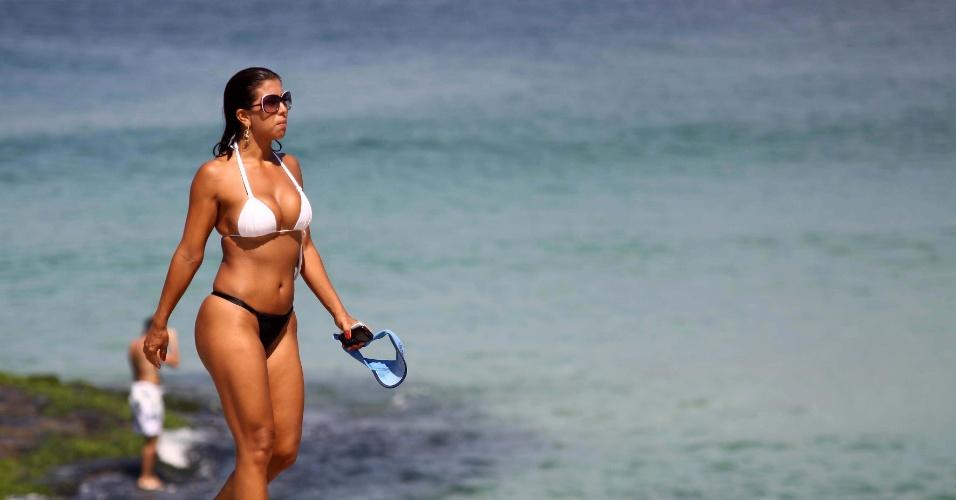 Banhista aproveita o verão fora de época em praia de São Conrado, na zona sul do Rio de Janeiro, nesta quarta-feira