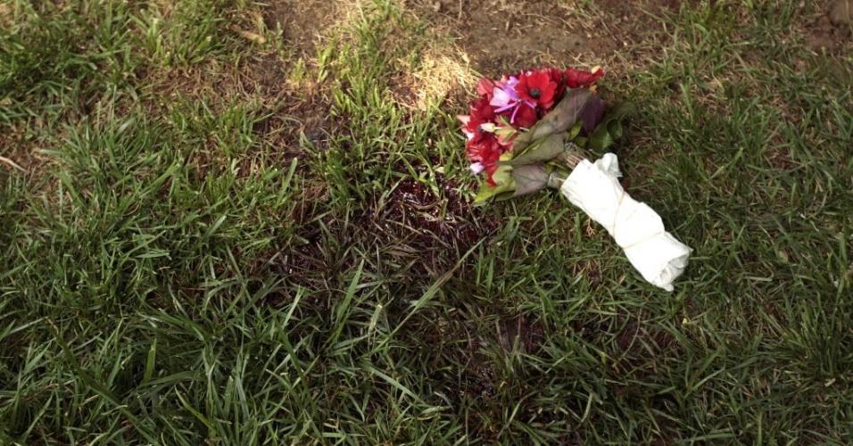 Buquê de flores é colocado na praça Sintagma, no centro de Atenas (Grécia), próximo ao local onde homem tirou a própria vida. À medida que a crise se agrava no país, as taxas de suicídio têm aumentado