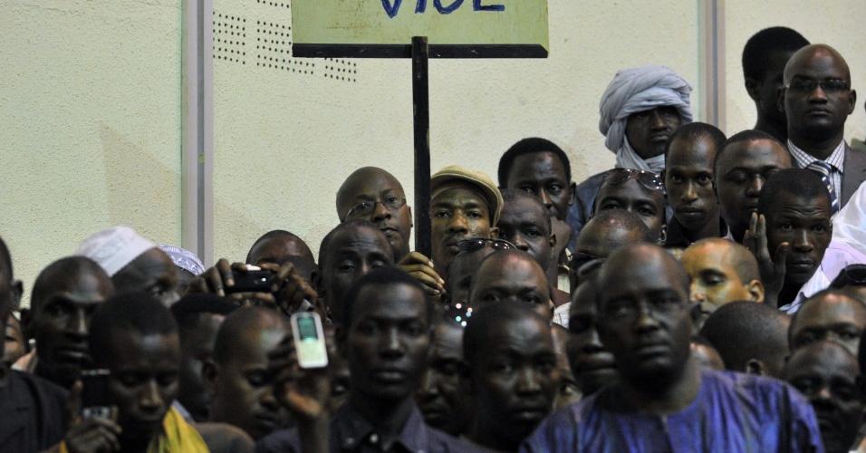 Centenas de malineses se reuniram em Bamaco, capital de Mali, para pedir armas de combate horas antes de anúncio do grupo independentista tuaregue MNLA (Movimento Nacional pela Libertação de Azawad)