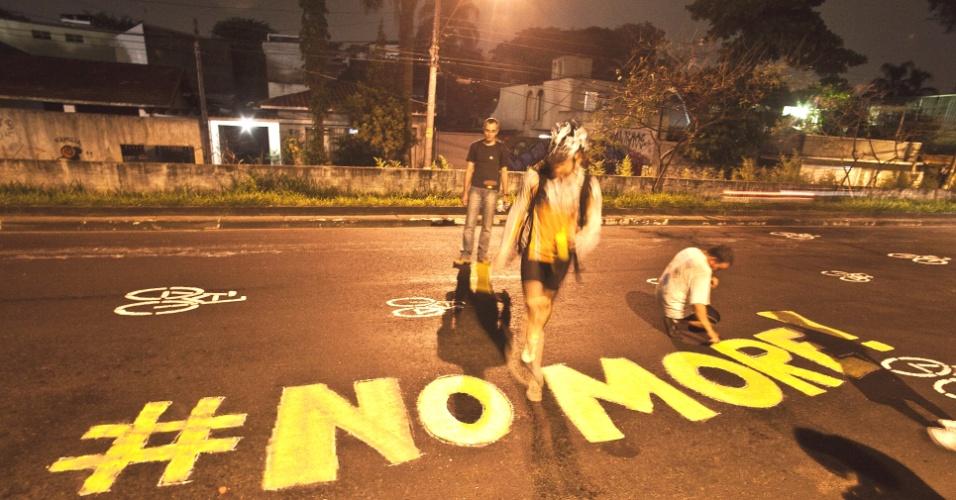 Ciclistas protestam na avenida Pirajussara, zona sul de São Paulo, após a morte de mais um ciclista na cidade nesta terça-feira (3)