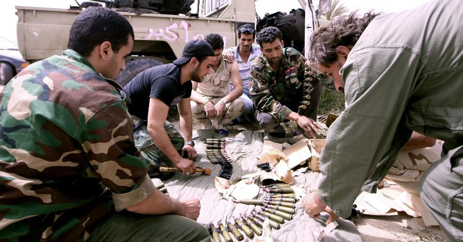 Ex-rebeldes líbios de Zuwarah contam munições em meio a confrontos com grupos armados das cidades vizinhas de Regdalin e Jamil