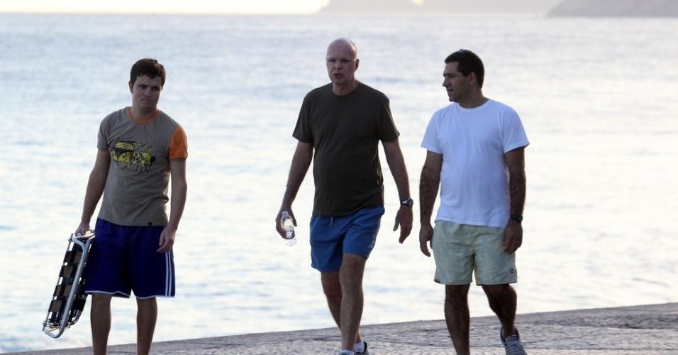 Gilberto Braga caminha com amigos na orla do Arpoador, na zona sul do Rio (4/4/12)