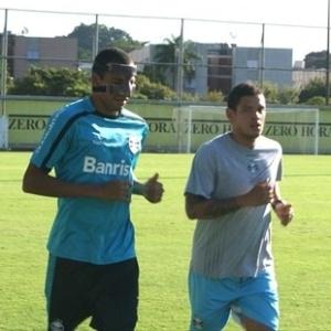 Gilberto Silva treina de máscara pelo Grêmio (04/04/2012)