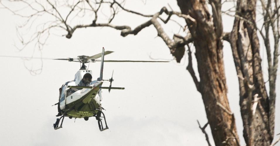 Helicóptero da Polícia Civil é observado durante  buscas em mata no Parque Nacional da Serra da Canastra, próximo a São Roque de Minas (MG),  pelo cativeiro da filha do ex-prefeito do município, Antônio Batista Sobrinho, o Toninho Quitéria