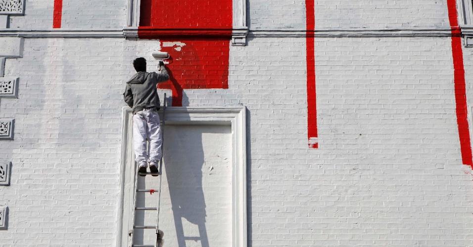 Homem pinta parede de um bar nesta quarta-feira (4) em Londres, na Inglaterra