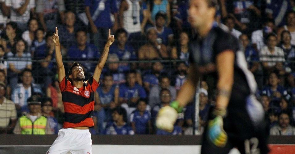 Léo Moura comemora ao marcar para o Flamengo na partida contra o Emelec (04/04/12)