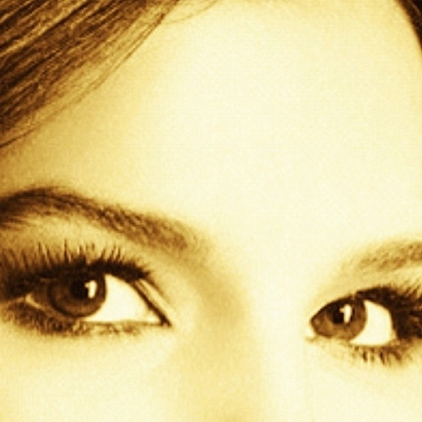 Mariana Rios posta foto do seu olhar no Twitter (4/4/12)